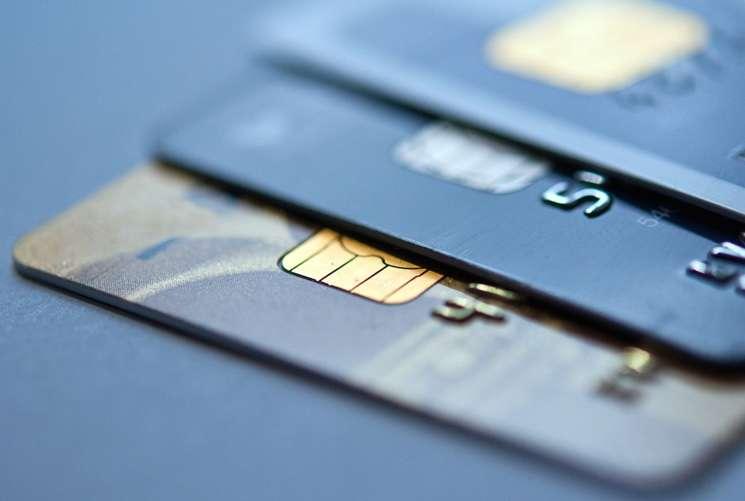 За перевыпуск расчетных карт на новый срок действия отдельная комиссия Альфа Банком не взимается